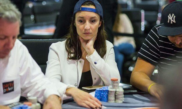 Qual é a relação entre a superstição e o jogo de poker?